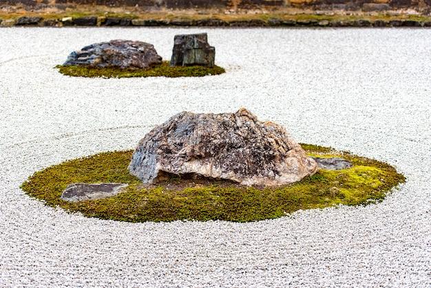 Zen rock garden in tempio di ryoanji a kyoto nel giappone