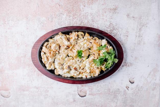 Zenzero alimentare azero, pasta con ripieno di carne ed erbe.