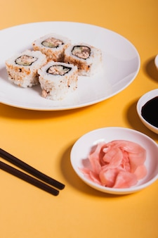 Zenzero di close-up vicino a sushi