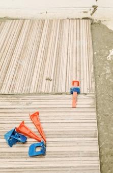 Zeppe in plastica e clip su piastrelle di ceramica