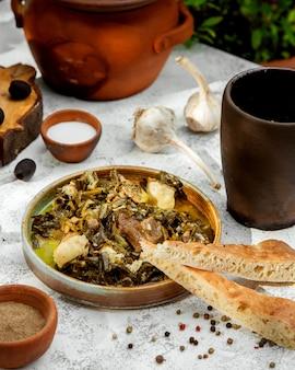 Ð ° zeri shabzi tradizionale con carne ed erbe