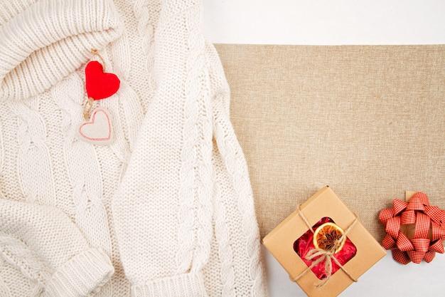 Zero rifiuti natalizi con scatole di cartone artigianali, arance essiccate, decorazioni in legno e tessili, posate piatte in plastica libere