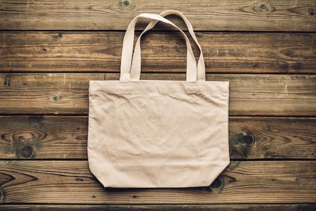 Zero rifiuti, riciclaggio, concetto di stile di vita sostenibile. borsa ecologica in cotone su legno