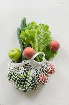 Zero sprechi. borsa a rete con frutta e verdura.