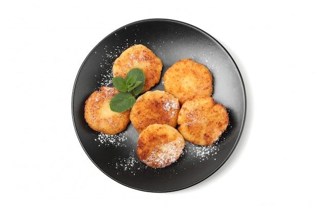 Zolla con i pancake e la menta del formaggio isolati su superficie bianca