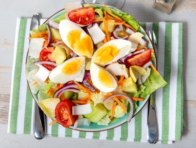 Zolla di insalata di verdure con le uova