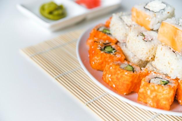 Zolla di sushi del primo piano con i semi