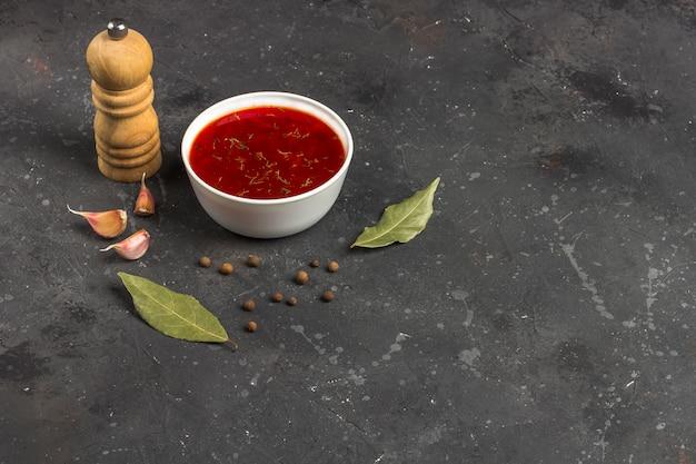 Zolla di zuppa di barbabietola su una tabella nera