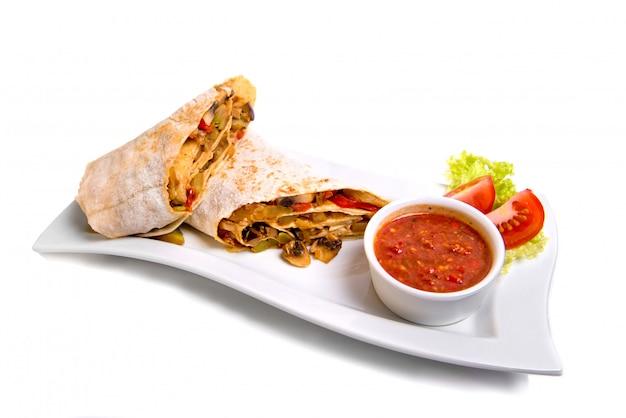 Zolla tradizionale orientale di shawarma con salsa isolata su bianco.