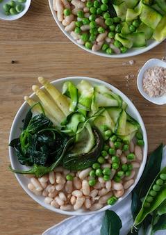 Zolla verde delle verdure e dei fagioli bianchi. vista dall'alto.