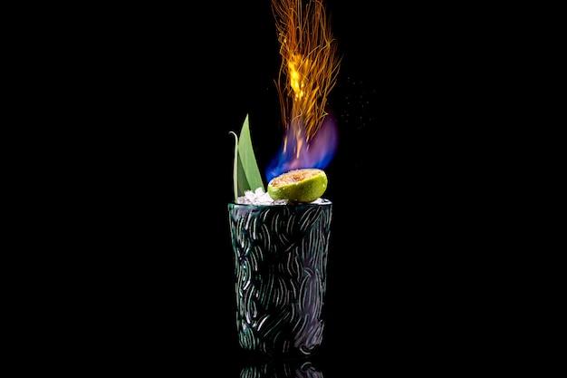 Zombie cocktail con fuoco su uno sfondo nero