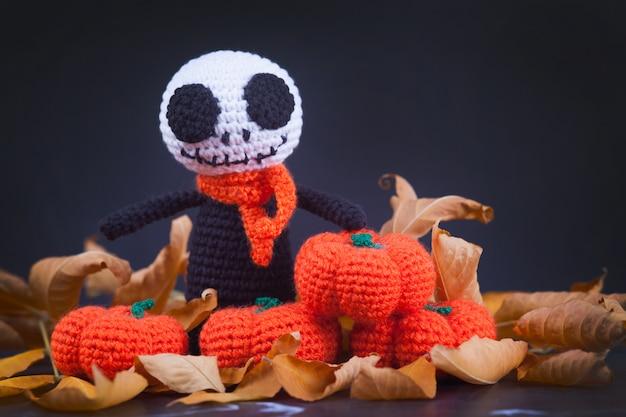 Zombie mostruosi a maglia e piccole zucche, fatti a mano, hobby. amigurumi. decorazioni per feste di halloween