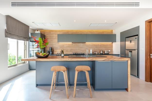 Zona cucina con bancone isola e mobili incorporati