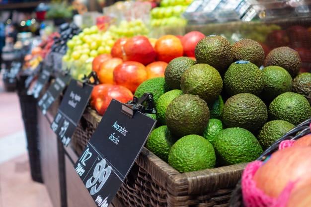 Zona di frutta e verdura nel supermercato