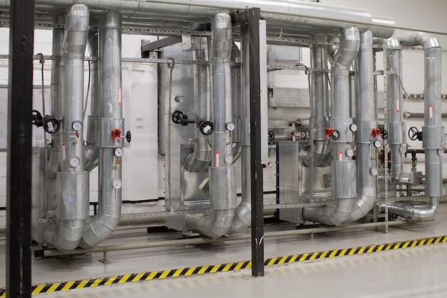 Zona industriale, tubazioni e apparecchiature in acciaio, valvole e sensori. sistema di ventilazione
