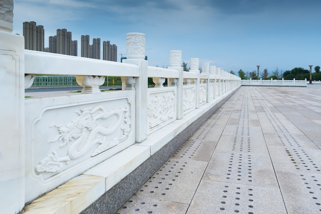 Zona pedonale sul ponte dell'auto con guardrail