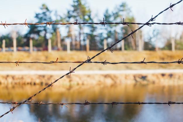 Zona pericolosa recintata con recinto di filo spinato