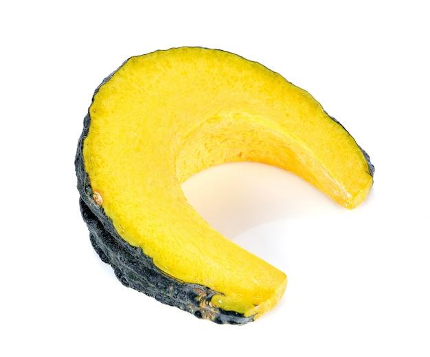 Zucca affettata isolata su bianco
