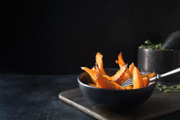 Zucca al forno con timo al forno. cibo vegan sano