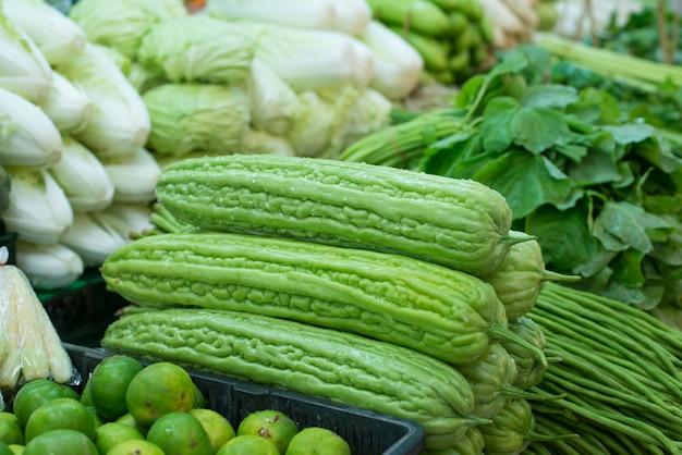 Zucca amara verde nel mercato.