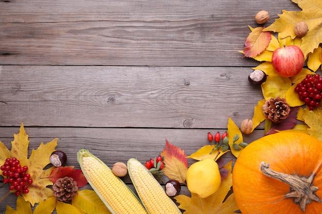 Zucca arancio con le foglie e le verdure su gray