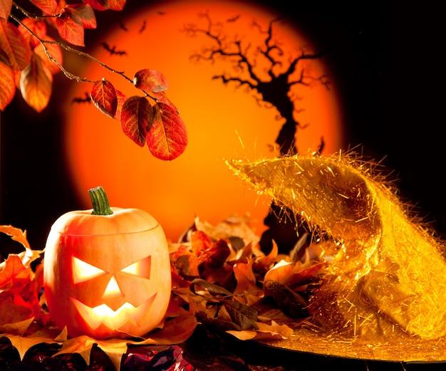 Zucca arancione di halloween sulle foglie di autunno