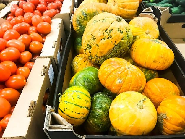 Zucca arancione rotonda sugli scaffali del supermercato, vendita.