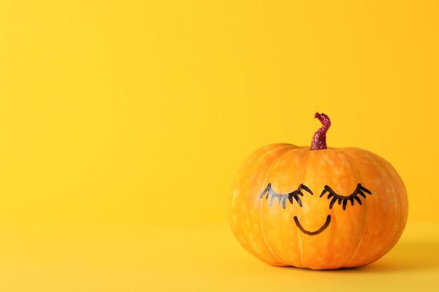 Zucca con sorriso su giallo, spazio per il testo