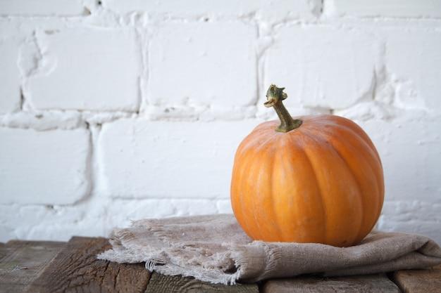 Zucca di autunno del primo piano sulla tavola di ringraziamento,