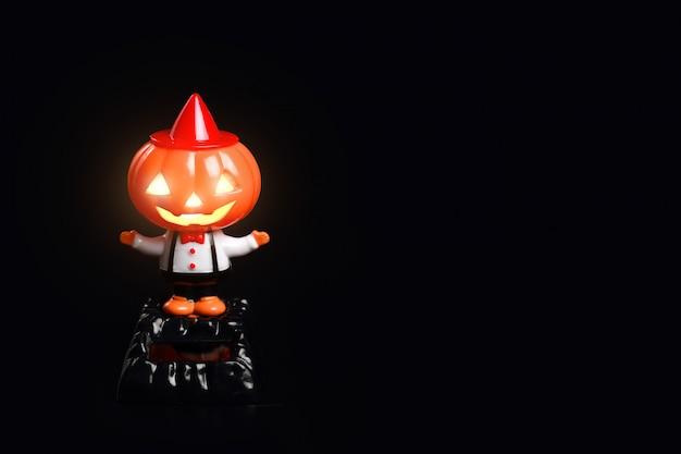 Zucca di halloween carino su sfondo nero
