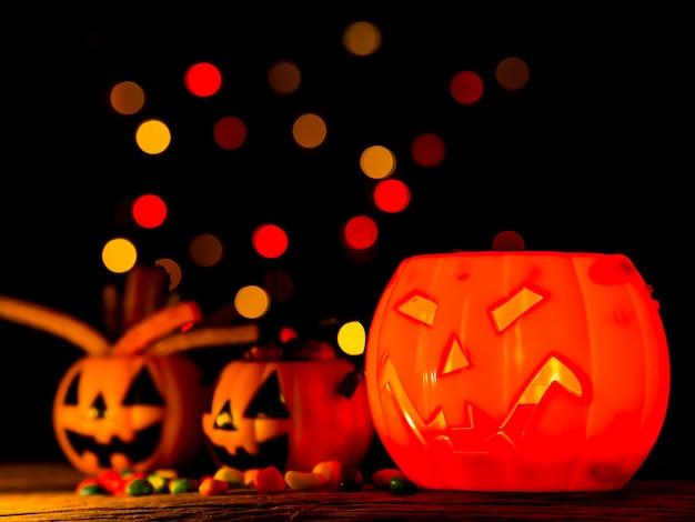 Zucca di halloween con caramelle dolci, sorriso spaventoso.