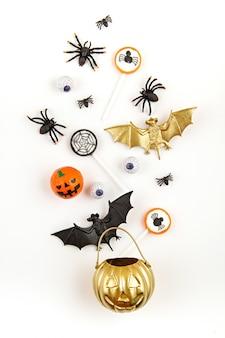 Zucca di halloween con oggetti festa di halloween, pipistrelli, ragni e dolcetti