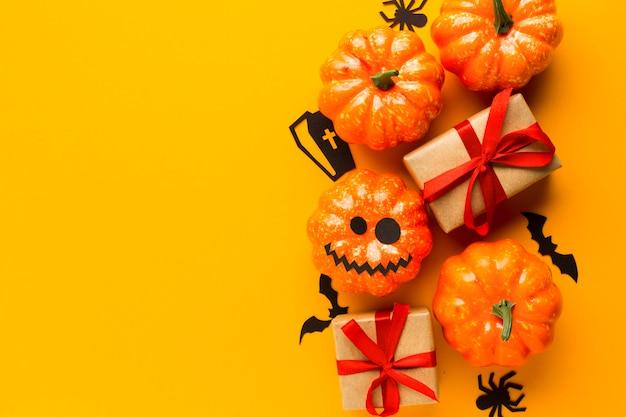 Zucca di halloween del partito con i regali