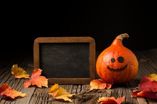 Zucca di halloween di vista frontale con foglie