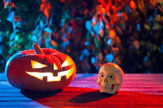 Zucca di halloween in una foresta mistica di notte.