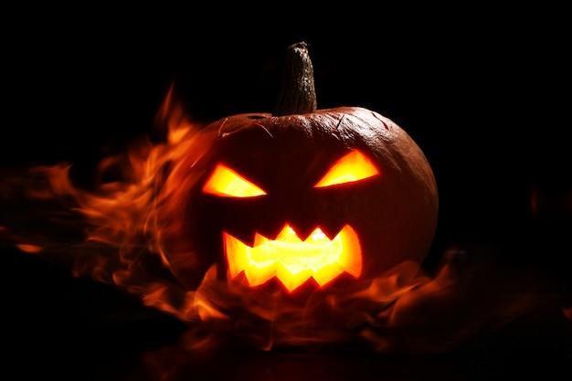 Zucca di halloween nel fuoco
