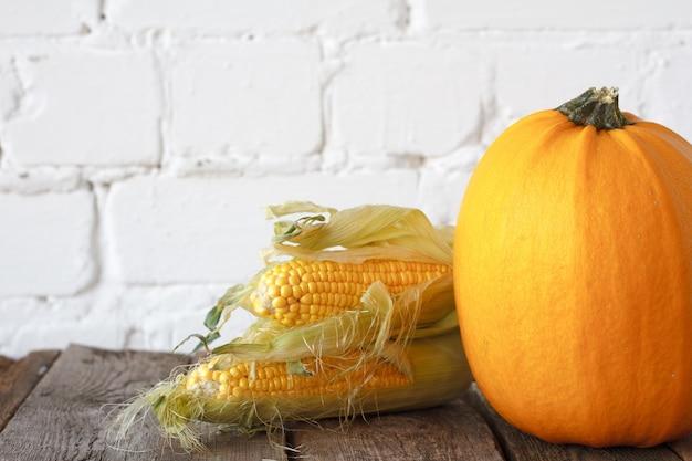 Zucca e mais di autunno del primo piano su una tavola di ringraziamento di legno,