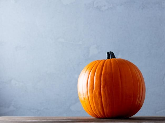 Zucca fresca di autunno sulla tavola di legno