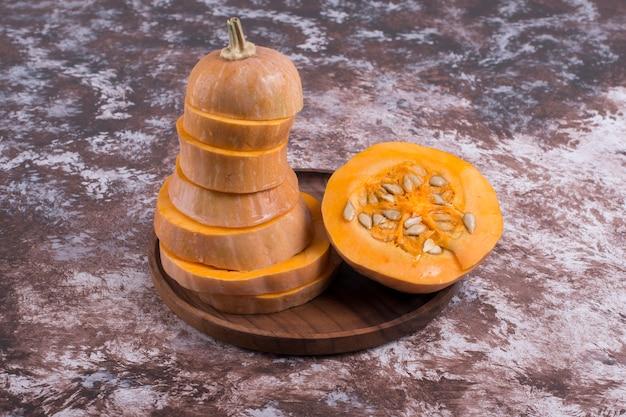 Zucca gialla a fette con semi all'interno