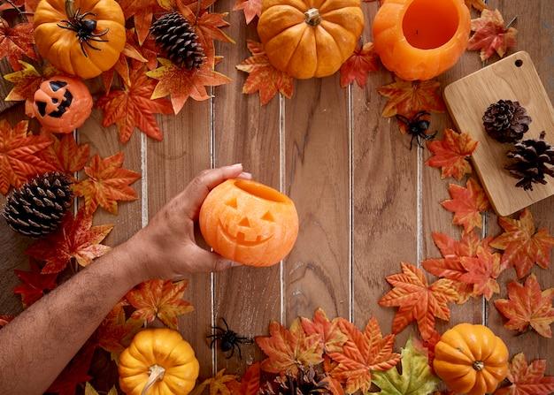 Zucca in mano dell'uomo halloween