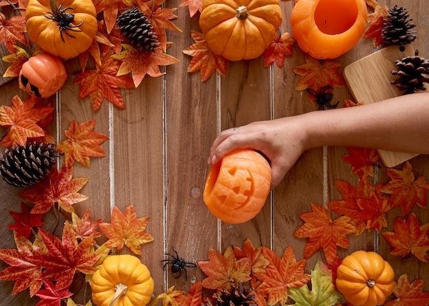 Zucca in mano di donna halloween