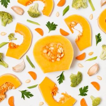 Zucca organica di vista superiore con broccoli sul tavolo