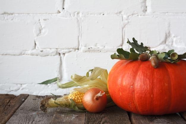 Zucche autunnali e altre verdure su un tavolo di ringraziamento in legno,