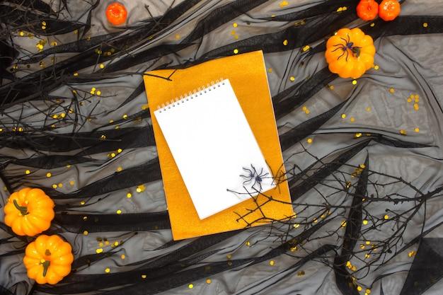 Zucche decorative su lucido con tulle nero cosparsa di coriandoli dorati.