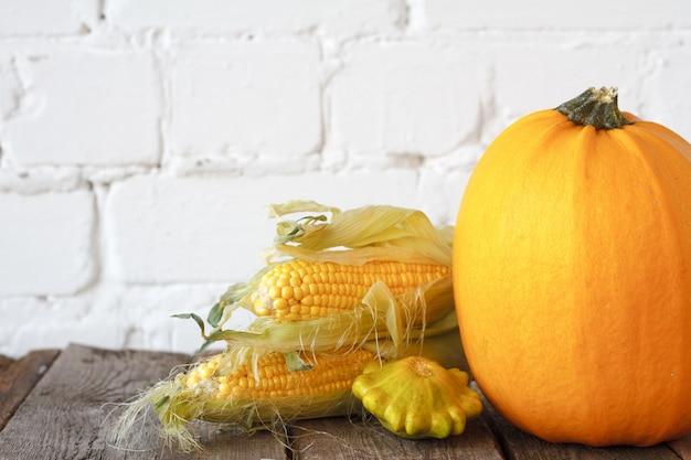 Zucche di autunno e altre verdure su una tavola di ringraziamento di legno