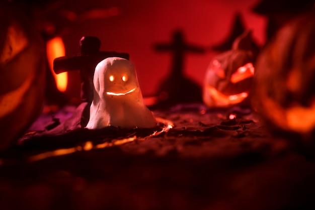 Zucche di halloween della foresta e del castello spettrali notturni