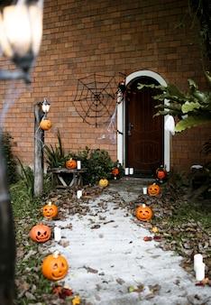 Zucche di halloween e decorazioni all'esterno di una casa