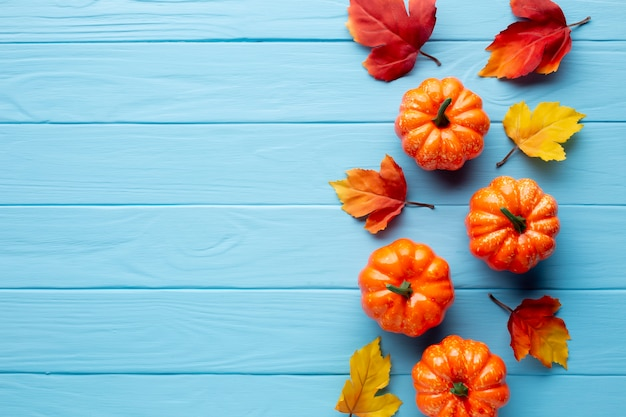 Zucche di halloween e foglie di autunno