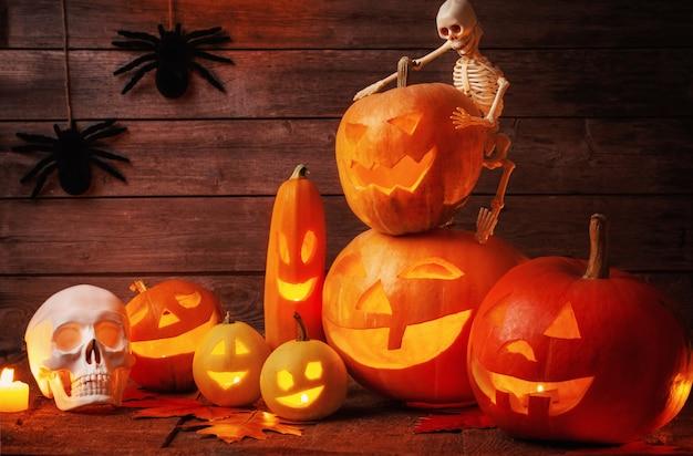 Zucche di halloween su fondo di legno