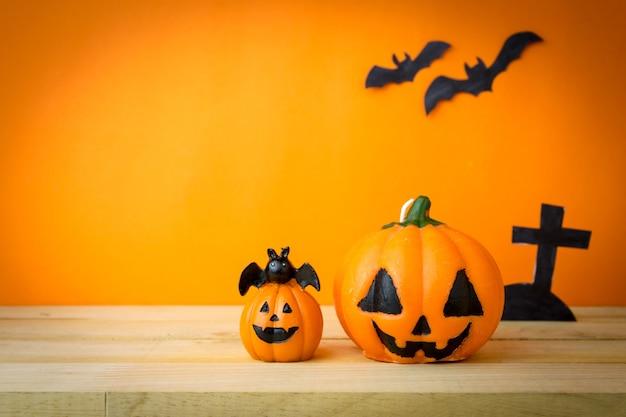 Zucche di halloween sul tavolo di legno